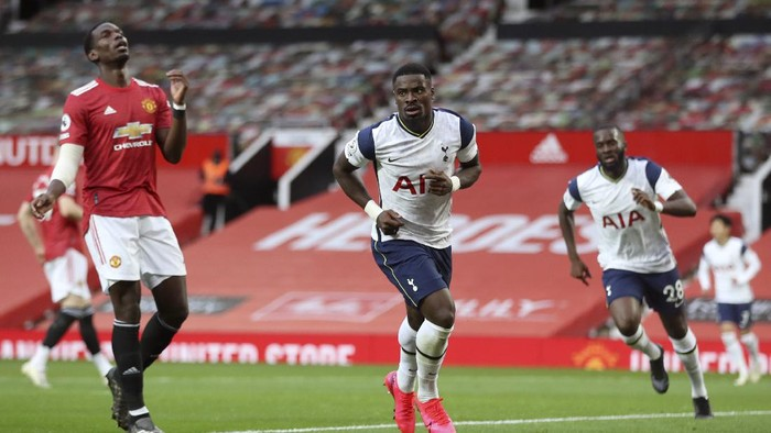 Tottenhams Serge Aurier, center, celebrates after scoring his sides fifth goal during the English Premier League soccer match between Manchester United and Tottenham Hotspur at Old Trafford in Manchester, England, Sunday, Oct. 4, 2020. (Carl Recine/Pool via AP)