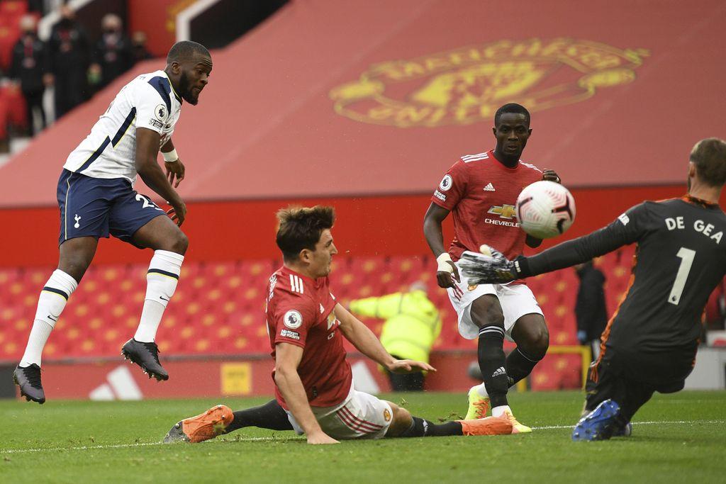 Tottenham Tanguy Ndombele (kiri) mencetak gol pertama timnya selama pertandingan sepak bola Liga Premier Inggris antara Manchester United dan Tottenham Hotspur di Old Trafford di Manchester, Inggris, Minggu 4 Oktober 2020. (Oli Scarff / Pool via AP)