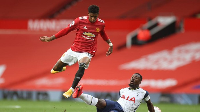MANCHESTER, ENGLAND - OCTOBER 04: Marcus Rashford of Manchester United  battles for possession with  Serge Aurier of Tottenham Hotspur   during the Premier League match between Manchester United and Tottenham Hotspur at Old Trafford on October 04, 2020 in Manchester, England. Sporting stadiums around the UK remain under strict restrictions due to the Coronavirus Pandemic as Government social distancing laws prohibit fans inside venues resulting in games being played behind closed doors. (Photo by Carl Recine - Pool/Getty Images)