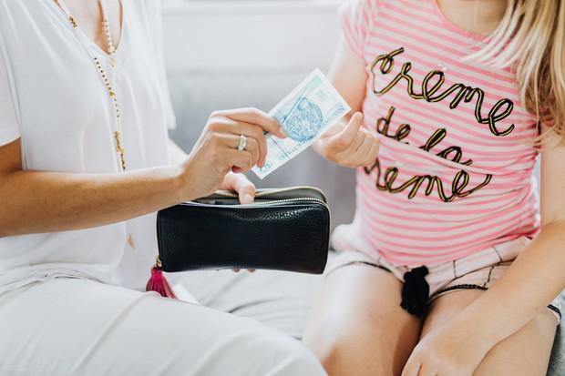 memberi wawasan tentang nilai uang sejak dini dapat membantu anak mandiri finansial