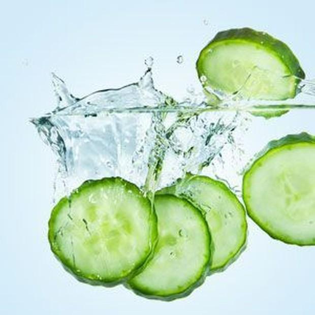 Mentimun mengandung vitamin A yang mampu untuk memperbaiki warna kulit. Sehingga, bahan alami yang satu ini juga bisa kamu manfaatkan.
