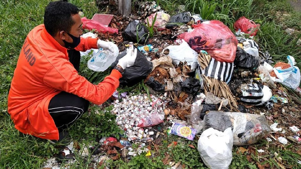 Penampakan Limbah Botol Vaksin yang Dibuang Sembarangan di Cianjur