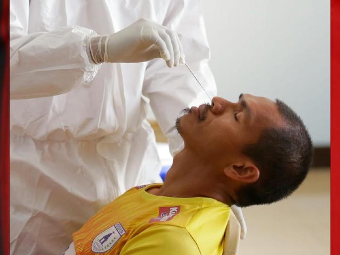 Pemain Persipura Jayapura, Ricardo Salampesy, saat melakukan Swab test.