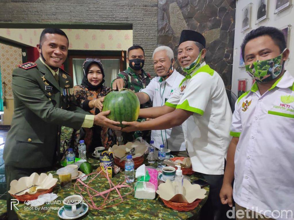 TNI di Jember Dikado Petani Semangka Seberat 7 Kg, Apa Maknanya?