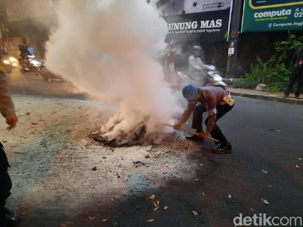 Massa Aksi Tolak Omnibus Law di Simpang Tiga Gejayan Bubarkan Diri