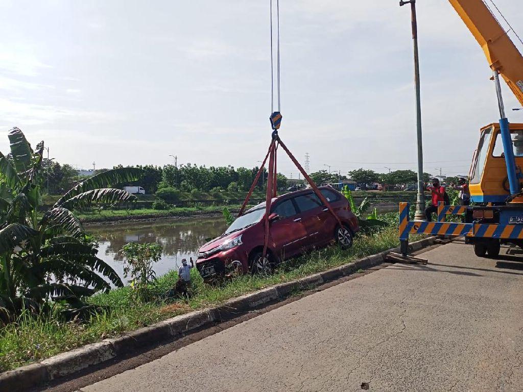 Sebuah Mobil Terperosok ke Kali BKT Cakung, Sudah Dievakuasi