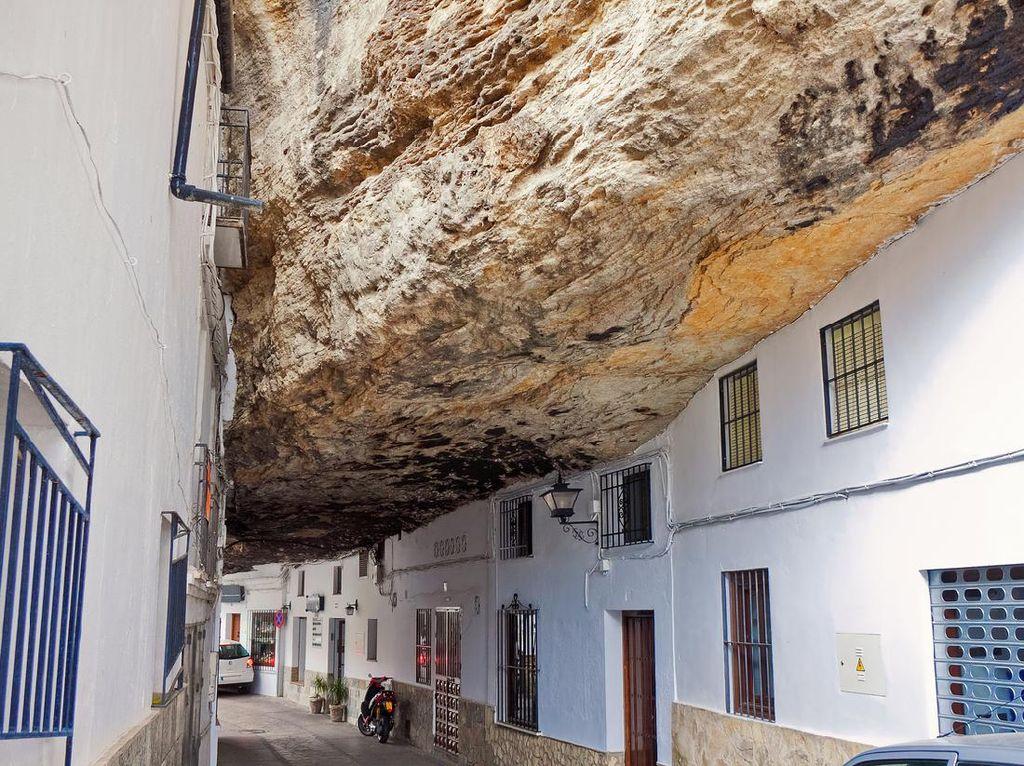Setenil de las Bodegas, Kota yang Terhimpit Batu
