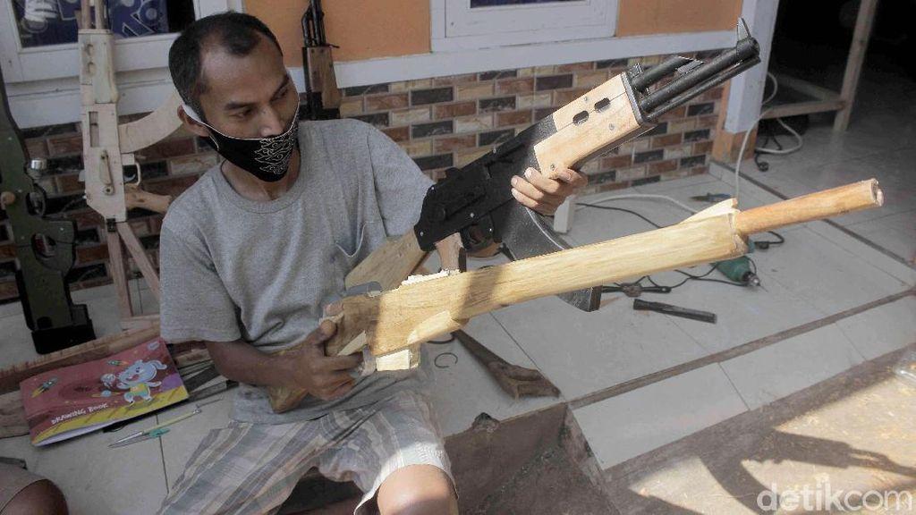 Terinspirasi PUBG, Pria di Sumedang Bikin Replika Senjata dari Kayu