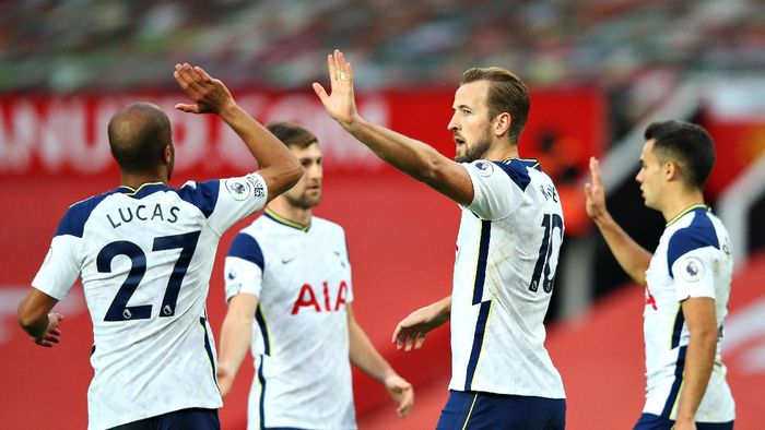 MANCHESTER, ENGLAND - OCTOBER 04: Harry Kane of Tottenham Hotspur celebrates with teammates after scoring his sides sixth goal during the Premier League match between Manchester United and Tottenham Hotspur at Old Trafford on October 04, 2020 in Manchester, England. Sporting stadiums around the UK remain under strict restrictions due to the Coronavirus Pandemic as Government social distancing laws prohibit fans inside venues resulting in games being played behind closed doors. (Photo by Alex Livesey/Getty Images)