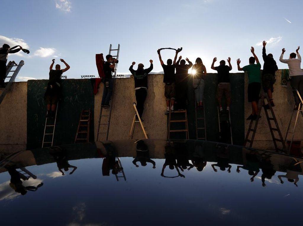 Warga Ceko Rela Panjat Tembok Pakai Tangga buat Nonton Bola