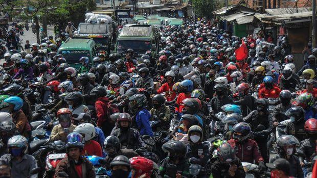 Ratusan buruh memblokir jalan nasional Bandung-Garut--Tasikmalaya saat melakukan aksi di Rancaekek, Kabupaten Bandung, Jawa Barat, Selasa (6/10/2020). Aksi tersebut merupakan buntut dari penolakan buruh terhadap pengesahan UU Cipta Kerja yang telah disahkan oleh DPR. ANTARA FOTO/Raisan Al Farisi/foc.
