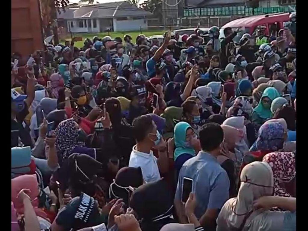 Video Buruh Tinggalkan Pabrik Ikut Aksi Tolak Omnibus Law