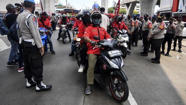 Buruh yang tergabung dalam Konfederasi Persatuan Buruh Indonesia disingkat KP-KPBI melakukan aksi tolak UU Omnibus Law Cipta Kerja di kawasan Tanjung Priok, Jakarta, Selasa (6/10/2020). Buruh dari berbagai aliansi dan konfederasi berencana melakukan mogok nasional pada 6-8 Oktober 2020 untuk menolak Undang-undang (UU) Omnibus Law Cipta Kerja yang telah disahkan oleh DPR pada Senin (5/10/2020). ANTARA FOTO/Muhammad Adimaja/foc.
