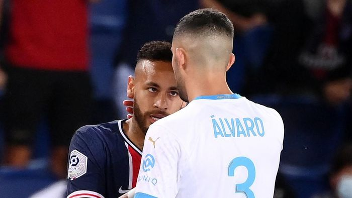 (FILES) This file photo taken on September 13, 2020 shows Marseilles Spanish defender Alvara Gonzalez arguing with Paris Saint-Germains Brazilian forward Neymar (L) during the French L1 football match between Paris Saint-Germain (PSG) and Marseille (OM) at the Parc de Princes stadium in Paris. - Neymar and Gonzalez will face the Leagues Disciplinary Committee on September 30, 2020, with possibly heavy sanctions in sight. (Photo by FRANCK FIFE / AFP)