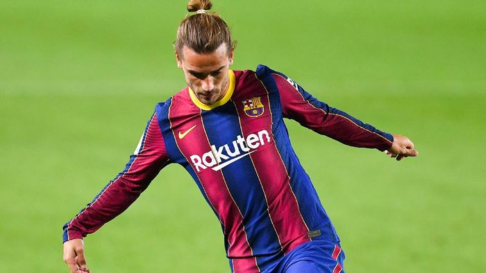BARCELONA, SPAIN - SEPTEMBER 27: Antoine Griezmann of FC Barcelona runs with the ball during the La Liga Santander match between FC Barcelona and Villarreal CF at Camp Nou on September 27, 2020 in Barcelona, Spain. Football Stadiums around Europe remain empty due to the Coronavirus Pandemic as Government social distancing laws prohibit fans inside venues resulting in fixtures being played behind closed doors. (Photo by David Ramos/Getty Images)