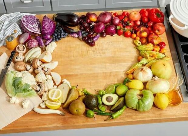 Cari sayuran dan buah dalam berbagai warna untuk mendapatkan variasi antioksidan yang lebih luas.