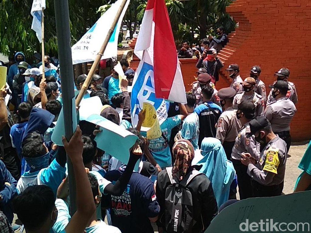 Tolak Omnibus Law, Buruh Gelar Aksi di DPRD Kabupaten Cirebon