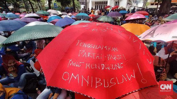Ribuan buruh di Kota Bandung, Jawa Barat, menggelar aksi demonstrasi menolak pengesahan Undang-undang Omnibus Law Cipta Kerja (Ciptaker) di depan Balai Kota Bandung, Jalan Wastukencana, Selasa (6/10).