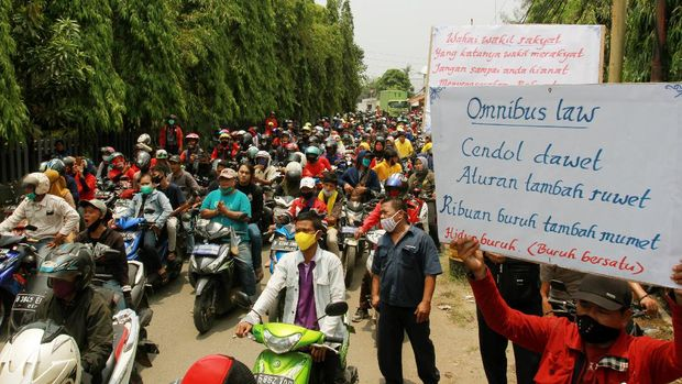 Buruh dari berbagai elemen organisasi melakukan aksi mogok kerja dengan turun ke jalan di kawasan industri Kebun Besar, Tangerang, Banten, Selasa (6/10/2020). Aksi yang diikuti ribuan buruh tersebut untuk memprotes pengesahan Undang Undang Cipta Kerja oleh DPR. ANTARA FOTO/Muhammad Iqbal/foc.