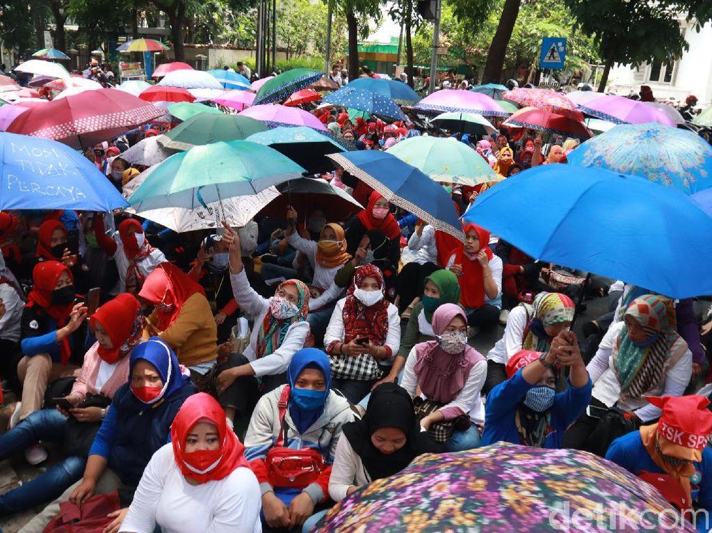 Tolak Omnibus Law, Ribuan Buruh Berpayung Demo di Depan Balkot Bandung