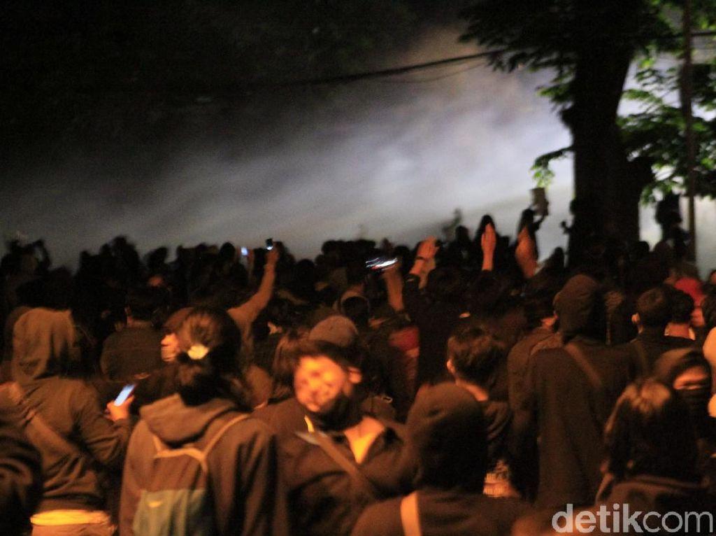 Gedung DPRD Jabar Mencekam, Demonstran Lempar Batu dan Petasan