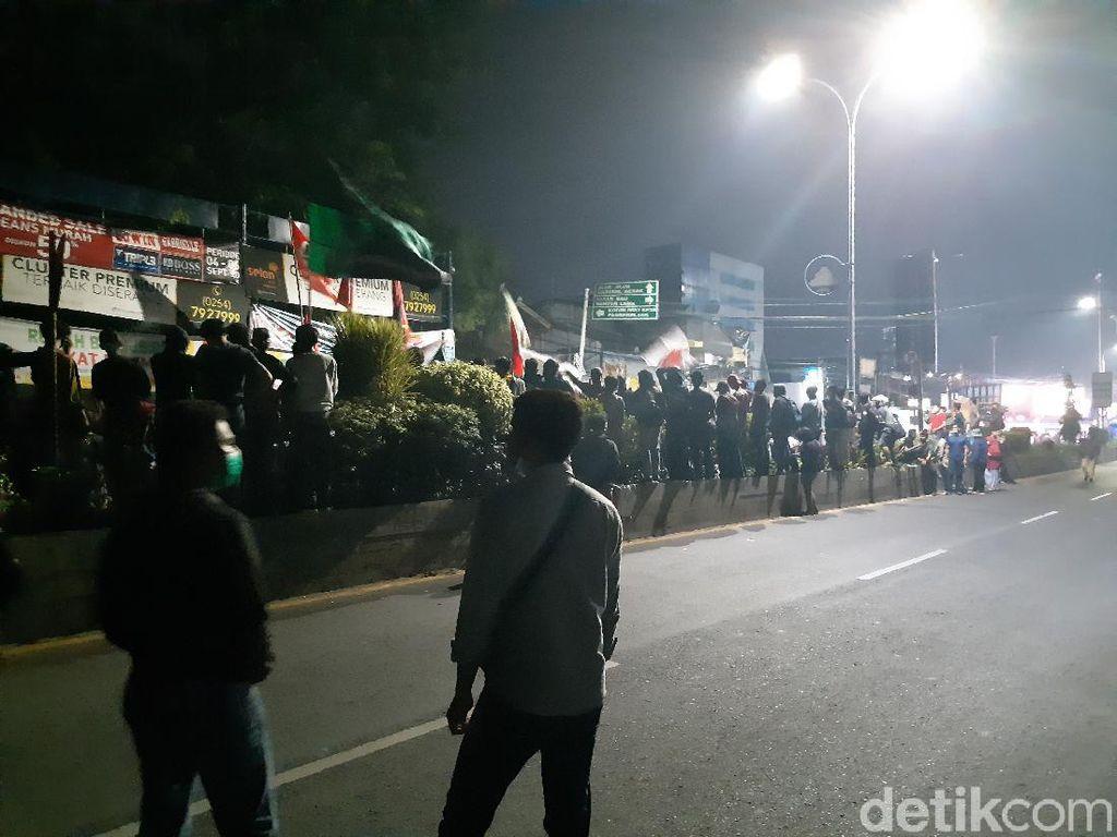 Tolak Omnibus Law, Mahasiswa Bakar Ban Tutup Jalan Arteri Serang
