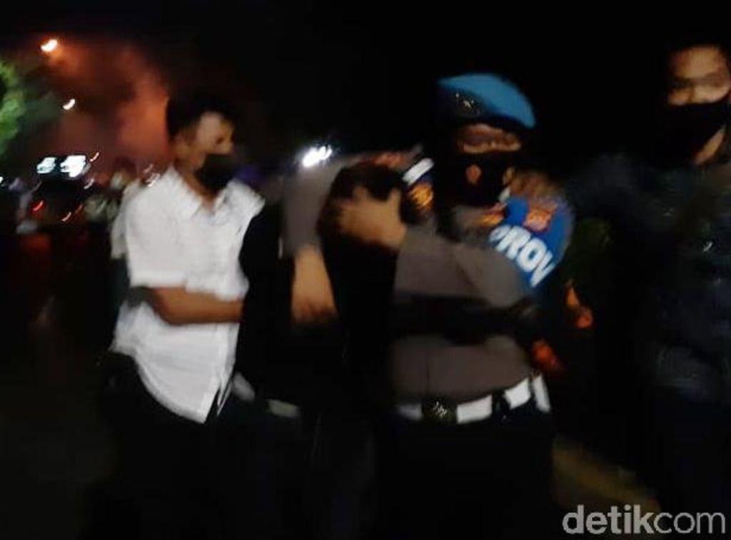 Perwira Polda Banten Terkena Lemparan Batu di Aksi Demo Ricuh