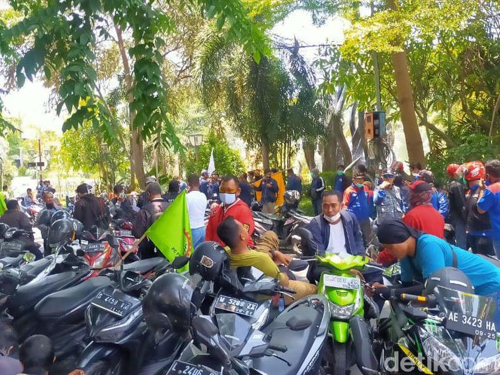 Buruh Surabaya Mulai Kumpul untuk Demo Tolak Omnibus Law Cipta Kerja