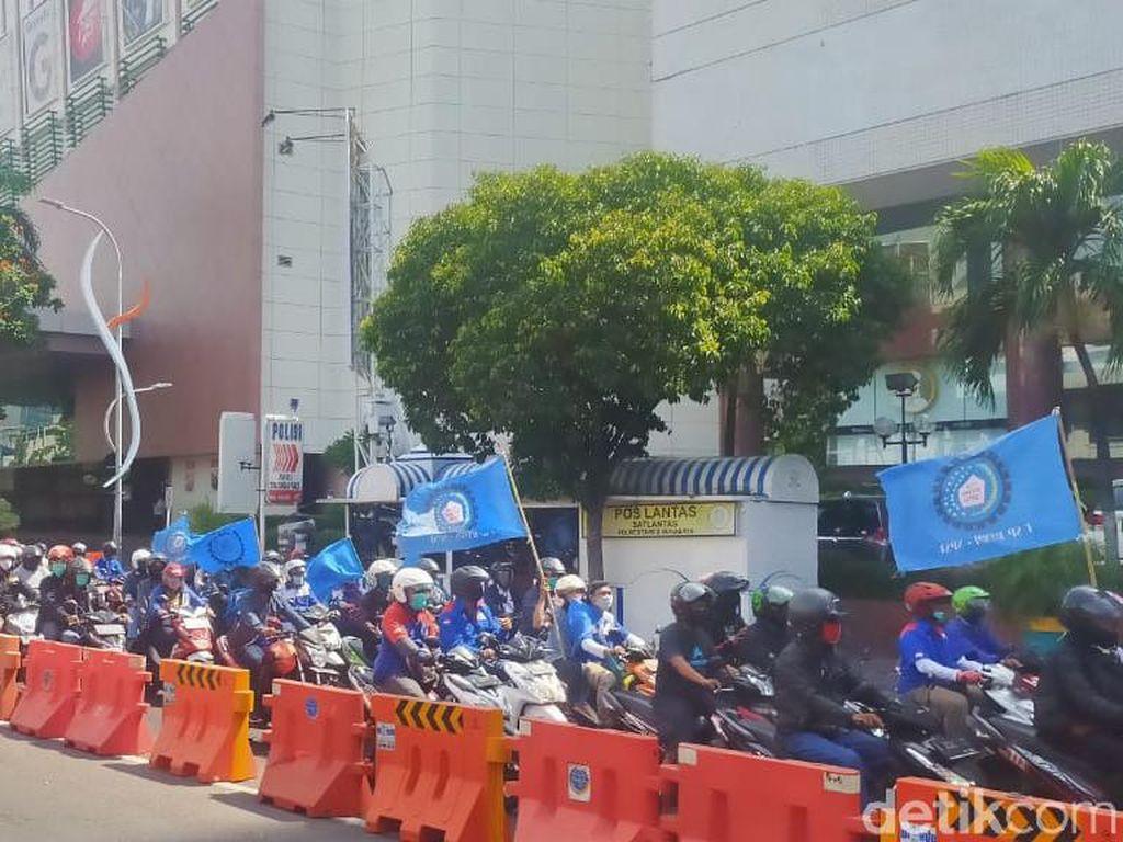 Dari KBS, Ratusan Buruh ke DPRD Jatim untuk Demo Tolak Omnibus Law