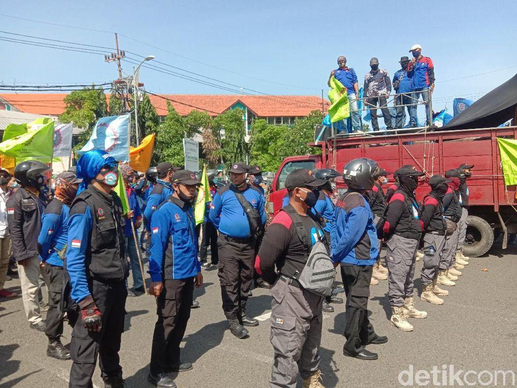 Usai Ditemui Anggota DPRD Jatim, Demo Buruh Tolak Omnibus Law Bubar