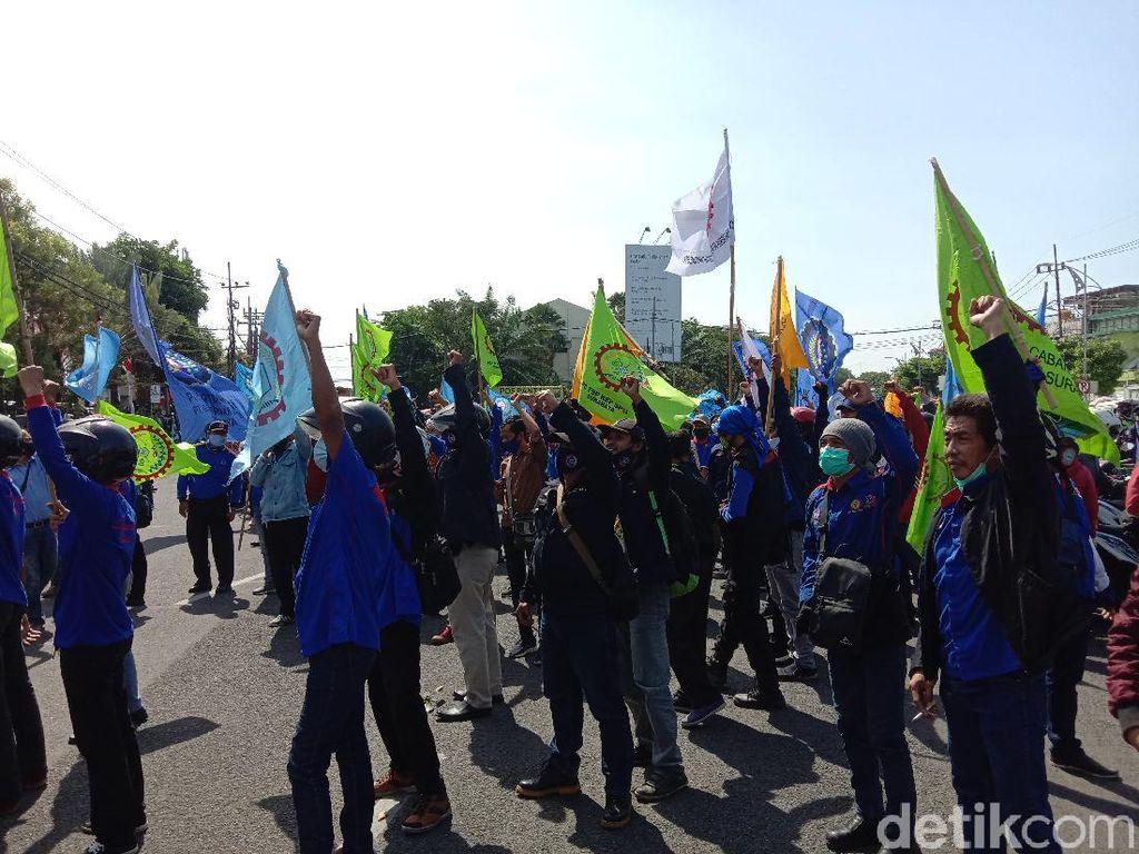 Demo Buruh Tolak Omnibus Law di Jatim, Jokowi Diminta Terbitkan Perppu