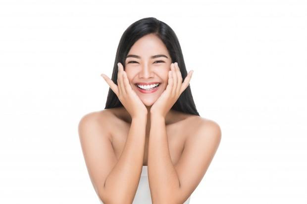 Tips aplikasikan double cleansing agar maksimal adalah dengan memijat;
