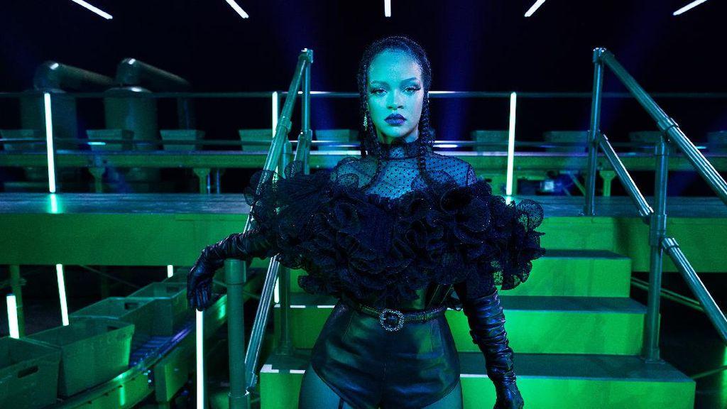 Foto: Fashion Show Lingerie Rihanna yang Dikecam karena Pakai Hadis
