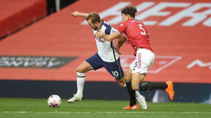 MANCHESTER, ENGLAND - OCTOBER 04: Harry Kane of Tottenham Hotspur battles for possession with Harry Maguire of Manchester United  during the Premier League match between Manchester United and Tottenham Hotspur at Old Trafford on October 04, 2020 in Manchester, England. Sporting stadiums around the UK remain under strict restrictions due to the Coronavirus Pandemic as Government social distancing laws prohibit fans inside venues resulting in games being played behind closed doors. (Photo by Carl Recine - Pool/Getty Images)