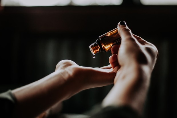Parfum sintesis dapat menyebabkan peradangan dan iritasi yang membuat perawatan jerawat lebih sulit dari sebelumnya.