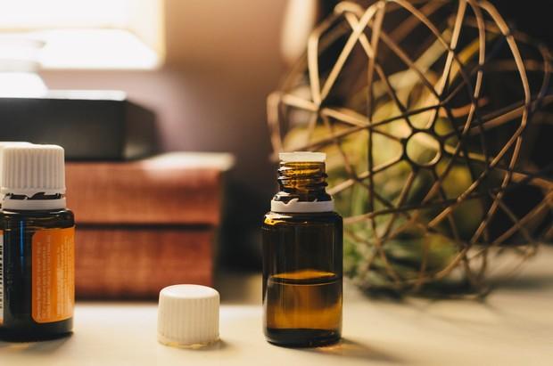 Sodium lauryl sulfate (SLS) dapat menyebabkan iritasi dan peradangan signifikan, gangguan pelindung kulit, dan memperburuk jerawat.