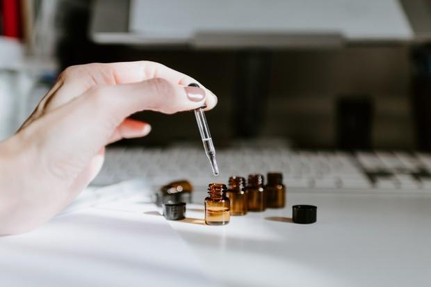 Minyak esensial atau essential oils adalah senyawa sangat pekat yang dapat menyebabkan iritasi jika dioleskan langsung ke kulit.