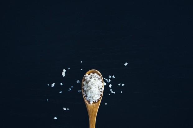 Meski berkhasiat mengeksfoliasi kulit, sodium chloride tidak disarankan untuk kulit berjerawat.