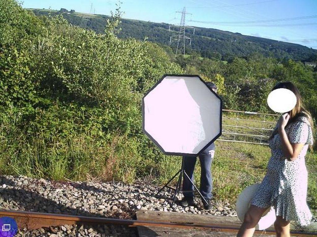 Demi Konten Tanpa Memikirkan Bahaya, Influencer Foto-foto di Rel Kereta Api
