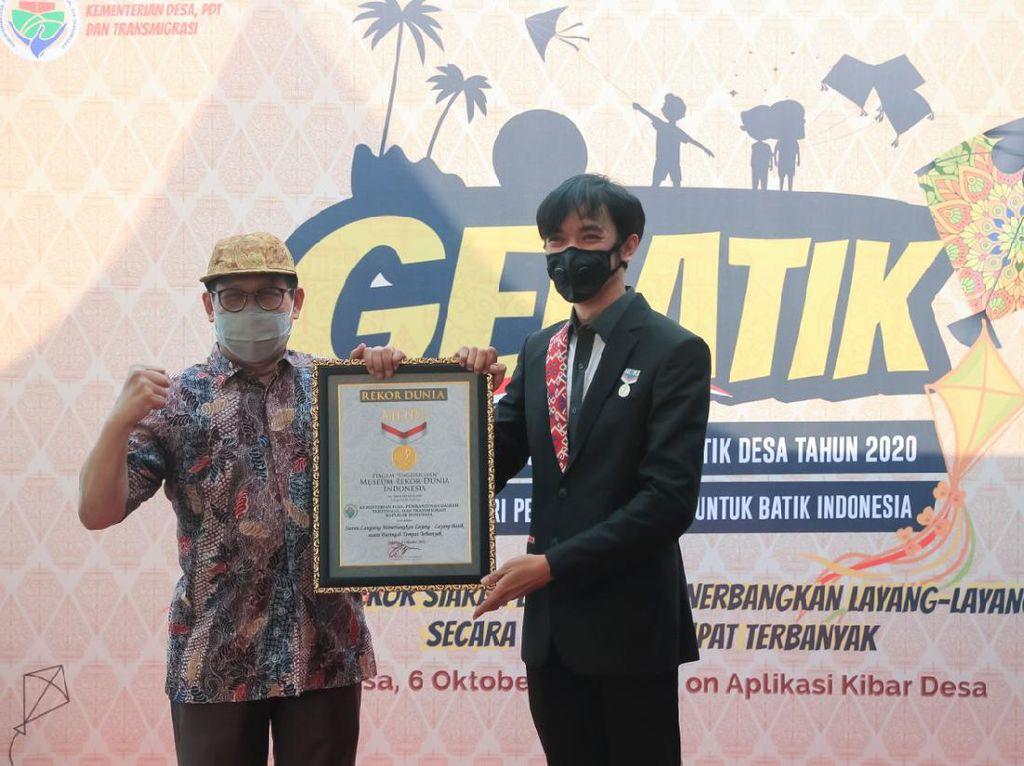 Terbangkan Ratusan Layang-layang Batik, Kemendes Pecahkan Rekor Dunia