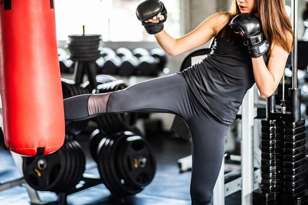 Olahraga kickboxing dapat membantu redakan stres.