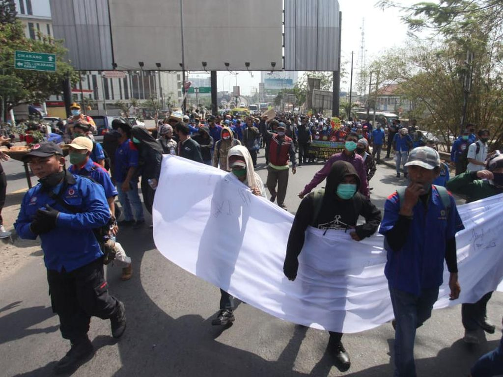 Hendak Aksi di DPRD Kabupaten Bekasi, Long March Buruh Dicegat Polisi