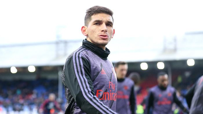 LONDON, ENGLAND - JANUARY 11: Lucas Torreira of Arsenal warms up prior to  the Premier League match between Crystal Palace and Arsenal FC at Selhurst Park on January 11, 2020 in London, United Kingdom. (Photo by Alex Pantling/Getty Images)