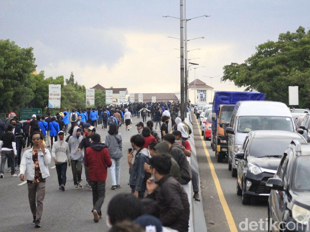 Satu Jam Mahasiswa Duduki Flyover Pasupati Bandung
