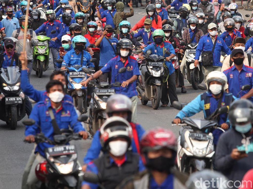 Massa Buruh di Cikarang Konvoi Dorong Motor