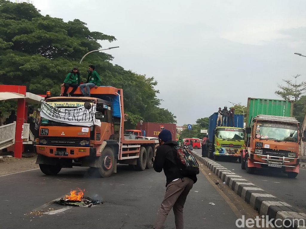 Demo Tolak Omnibus Law Ciptaker, Mahasiswa di Makassar Blokir Jalan Alauddin