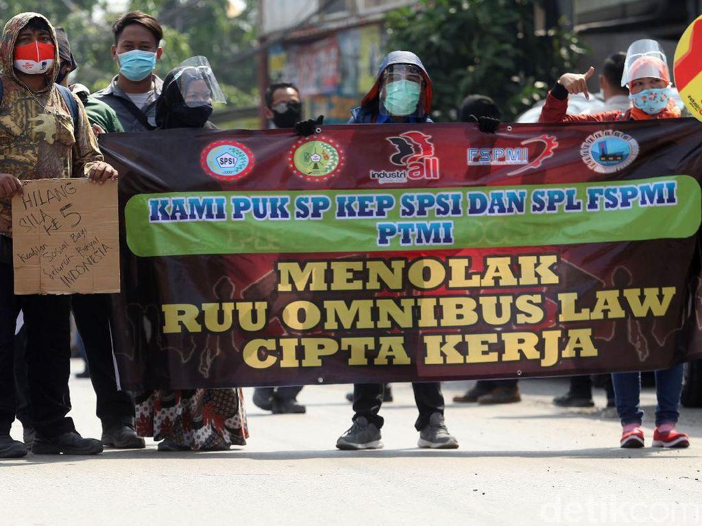 Foto Penampakan Buruh Tolak Omnibus Law di Cikarang