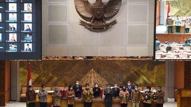 Menko Perekonomian Airlangga Hartarto (kelima kiri) bersama Menkumham Yasonna Laoly (kelima kanan), Menteri Keuangan Sri Mulyani (keempat kiri), Mendagri Tito Karnavian (keempat kanan), Menaker Ida Fauziyah (ketiga kiri), Menteri ESDM Arifin Tasrif (ketiga kanan), Menteri ATR/Kepala BPN Sofyan Djalil (kedua kiri) dan Menteri LHK Siti Nurbaya (kedua kanan) berfoto bersama dengan pimpinan DPR usai pengesahan UU Cipta Kerja pada Rapat Paripurna di Kompleks Parlemen, Senayan, Jakarta, Senin (5/10/2020). Dalam rapat paripurna tersebut Rancangan Undang-Undang Cipta Kerja disahkan menjadi Undang-Undang. ANTARA FOTO/Hafidz Mubarak A/pras.