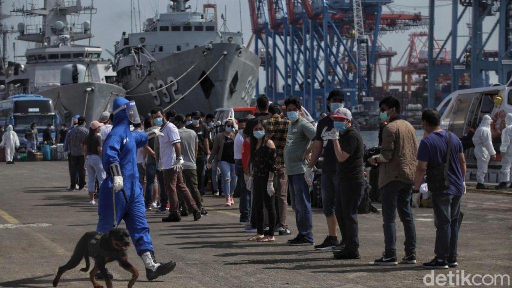 Foto Evakuasi 99 ABK Kapal MV Costa Mediterania