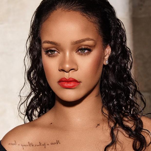 Pemilik nama asli Robyn Rihanna Fenty, penyanyi tersebut menggunakan nama belakangnya untuk usaha bisnis yang tidak terkait dengan karier musiknya agar tidak menyamakan keduanya.
